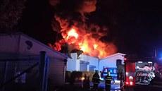 Hoří průmyslová hala na matrace v Roztokách