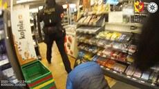Muž chtěl s maketou bomby vykrást obchod, prodavačku však nevylekal