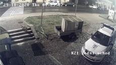 Kolem policejní služebny se procházela liška