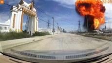 Kamera v autě zachytila obří explozi v továrně