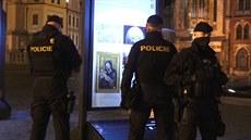 Zákaz vycházení v praxi: kdo se venku objevil, okamžitě si na něj posvítili policisté