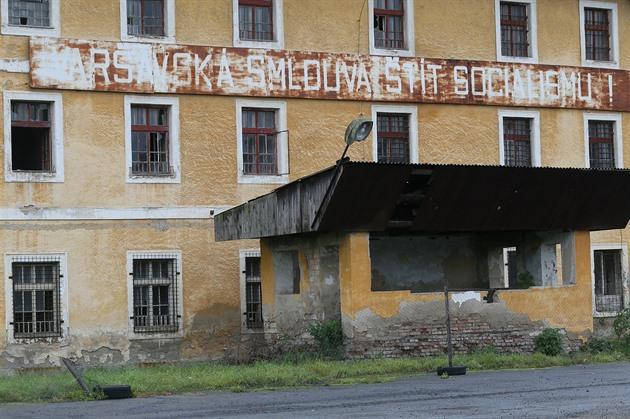 Chátrající kasárna v Terezíně mají naději na opravu, vláda slíbila miliardu
