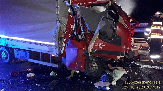 Tragická nehoda na dálnici D5 u Rokycan. Øidiè nákladního auta narazil do jiného vozu, které couvalo.