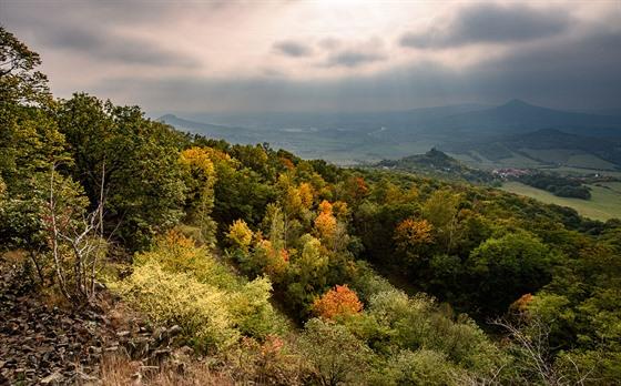 Výhled zPlešivce kjihozápadu, vpravo vdálce hora Lovoš