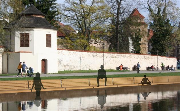 Tomáš Holub navrhl lavičky přímo nad vodou u Biskupské zahrady.