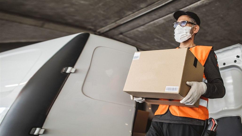 Přepravci omezují počet zásilek. Rozvoz balíků se zpožďuje až otři dny