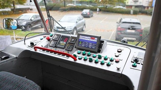Pohled do kabiny řidiče v modernizované tramvaji T3 R. P., které používá olomoucký dopravní podnik.