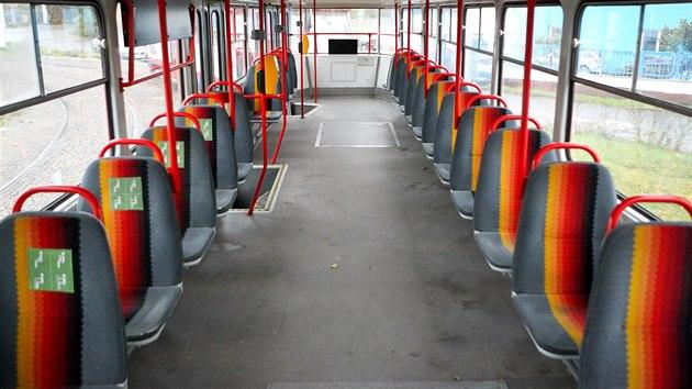 Interiér modernizované tramvaje T3 R. P., které používá olomoucký dopravní podnik.