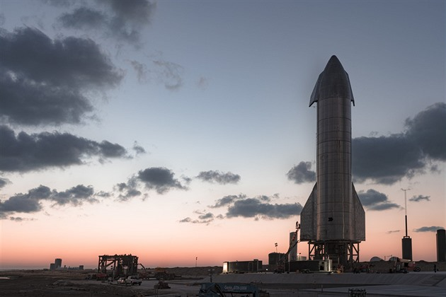 Nová loď společnosti SpaceX při zkoušce málem vybuchla kvůli motorům