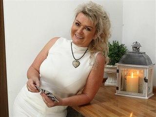 Kartářka Barbara pomáhá lidem v nelehkých životních situacích nahlédnout do...