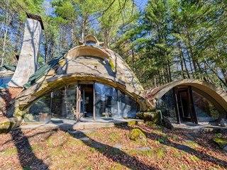 Unikátní dům stojí ve Vermontu v USA a je na prodej za 220 tisíc dolarů, v...