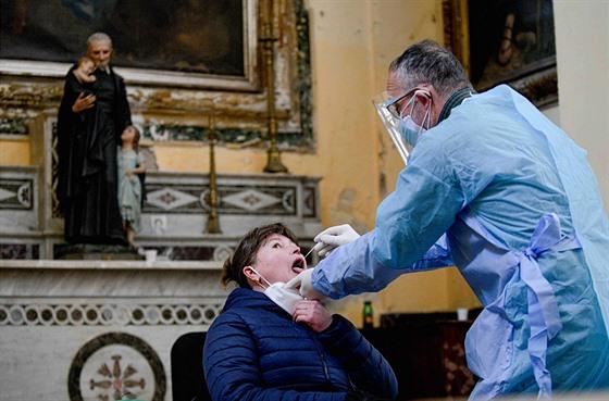 Zdravotníci testují lidi na covid-19 v kostele v italské Neapoli. (18....