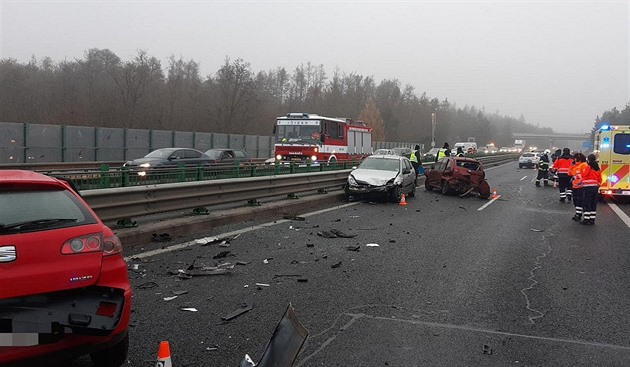 Na namrzlé D4 poblíž Kytína havarovalo dvanáct vozidel, nyní je průjezdná