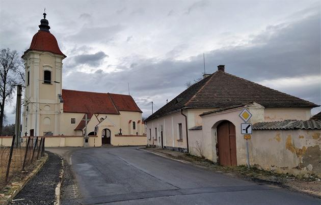 Faru v Dolních Slověnicích koupila lišovská radnice za 1,5 milionu s tím, že ji nechá zbourat. Stojí při pravoúhlé zatáčce, podle zastánců její demolice překáží ve výhledu a místo je tak pro řidiče nebezpečné.
