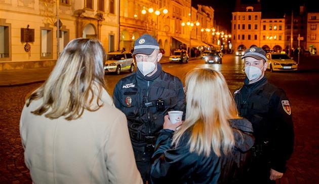 Městská i státní policie provádí kontroly na náměstí Přemysla Otakara II. v Českých Budějovicích, kde jsou stánky s punčem.