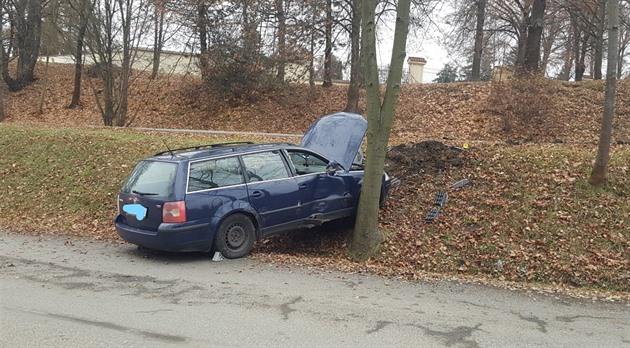 Řidič prchající v Táboře před policejní hlídkou havaroval u městského hřbitova.