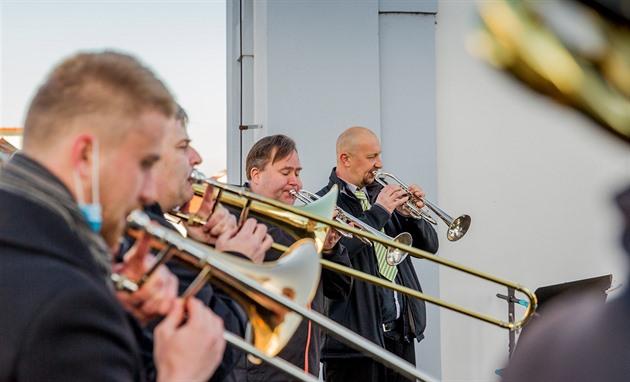 Hudebníci z orchestru Jihočeského divadla hrají každé úterý a čtvrtek ze střechy českobudějovické radnice.