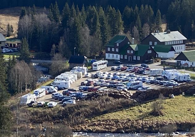 Parkoviště v Modravě na Klatovsku plní v listopadu auta i karavany.