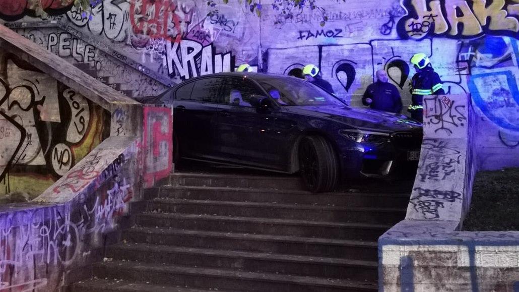 Řidič jel nejprve Nuselském mostě v protisměru, pak ztroskotal na schodech