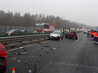 V sobotu ráno havarovalo na dálnici D4 u obce Kytín dvanáct vozidel. (28....