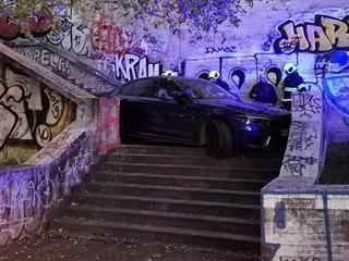 Hasiči vyprostili auto, které sjelo část schodů na konci Lublaňské ulice v...