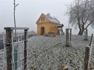 Mlha inverzní oblačnosti spolu s mrazem pokryly krajinu ve vyšších polohách...