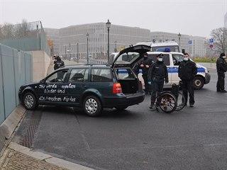 Do plotu sídla německé kancléřky Angely Merkelové v Berlíně očividně úmyslně...