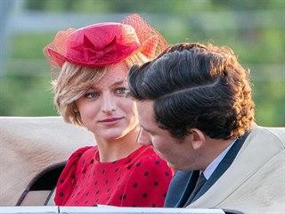 Emma Corrinová a Josh O'Connor v seriálu Koruna (2020)