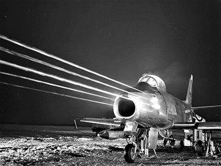 F-86 při nastřelování kulometů v noci