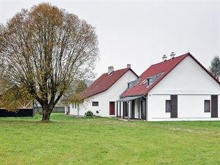 Usedlost v jižních Čechách: původní chalupu, přilehlou stodolu a několik...