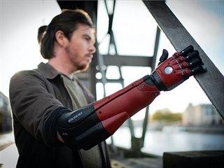 Umělá ruka vytvořená podle designu hry Metal Gear Solid