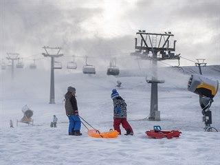 Pracovníci Skicentra Deštné v Orlických horách na Rychnovsku zasněžují červenou...