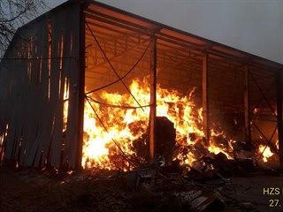 Požár seníku na Tachovsku. S plameny bojovalo devět hasičských jednotek. Škoda...