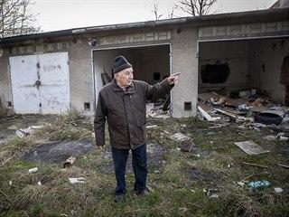 Juraj Fabián před zničenými garážemi na Vývozní ulici ve Slezské Ostravě.