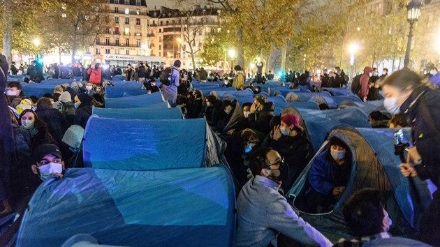 Policisté v Paříži brutálně kopali do migrantů