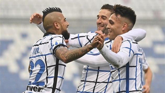 Fotbalisté Arturo Vidal, Massimo Gagliardini a Lautaro Martinez (zleva) z Interu Milán oslavují vstøelenı gól.