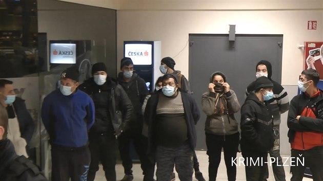 Cizinci v Plzni vtrhli na nákupy bez košíků a roušek