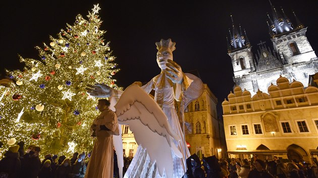 Vánoční trhy lákají. Staroměstské náměstí zaplnili lidé