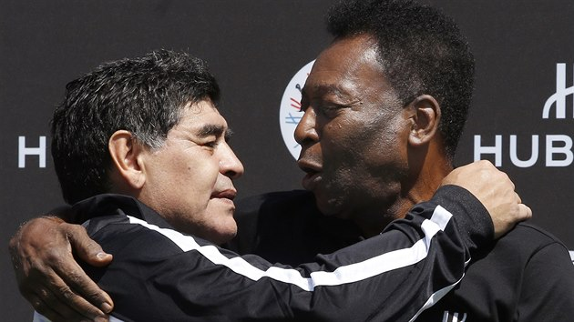 Diego Armando Maradona a Pelé se setkali v červnu 2016 během mistrovství Evropy ve Francii. Snímek je z reklamní akce firmy Hublot. 