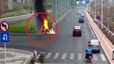 Kurýr zachránil motorkáře z plamenů