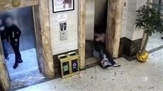 Dva opilí muži propadli dveřmi do výtahové šachty
