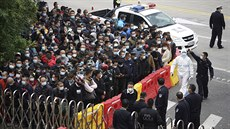 V Číně nahnali pracovníky na testování jako stádo