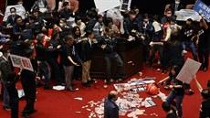 V tchajwanském parlamentu létaly vzduchem vnitřnosti