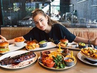 Livia Adamsová během svého nedietního dne na obědě.