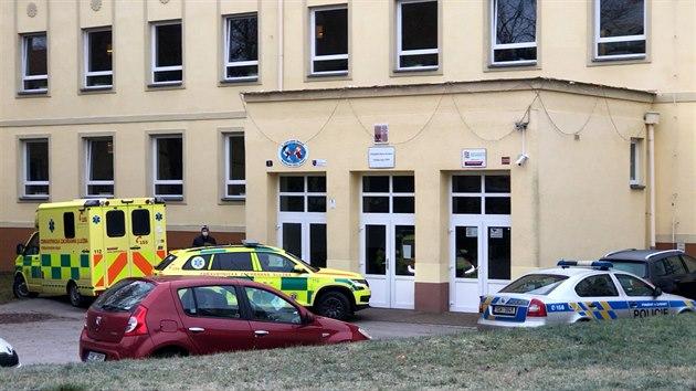 Z okna kladenské školy vypadla dívka, na místě podlehla zraněním