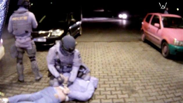 Než se zloději aut rozkoukali, leželi v poutech