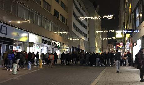 Lidé stáli frontu před klubem 7nebe v Brně (4. prosince 2020).