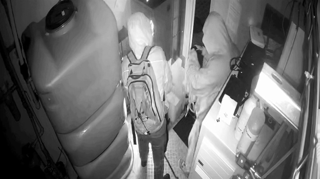 Do automyčky se vloupali zloději s deštníkem, mince vyřízli rozbrušovačkou