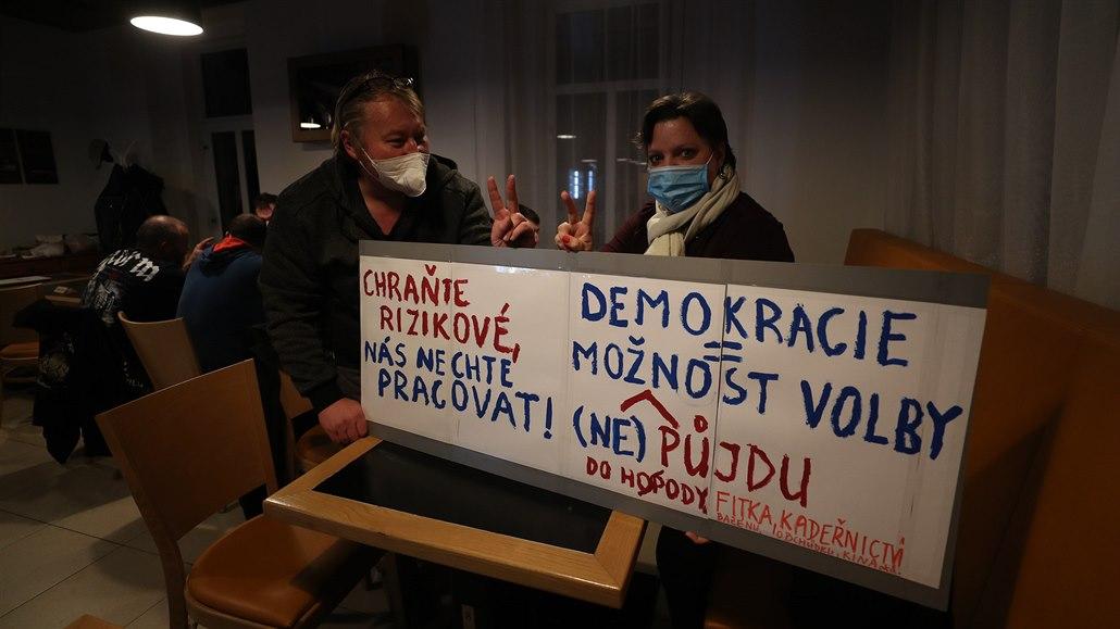 Restauratéři a hoteliéři budou žalovat vládu, chystají další protesty