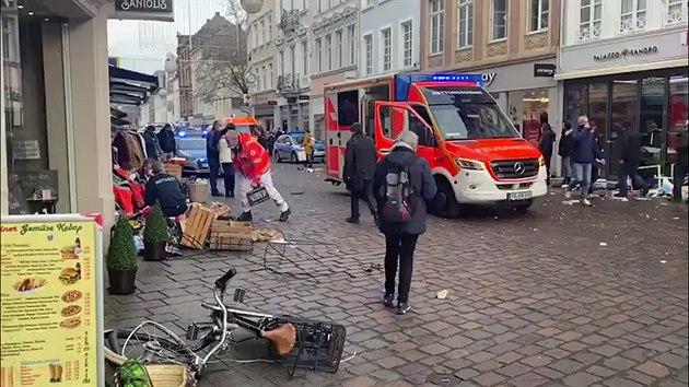 V německém Trevíru vjelo auto na pěší zónu, na místě jsou dva mrtví